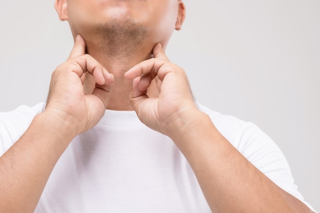 Lymfoom bij mannen concept: portret aziatische man raakt op zijn nek op lymfeknooppositie. Premium Foto