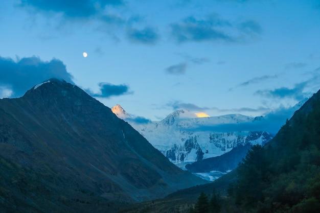 Maan over de bergrug akkem. nacht landschap. altai-gebergte, rusland Premium Foto