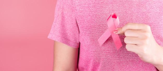 Maand van borstkanker, pink ribbon ter ondersteuning van mensen die leven en ziek zijn. gezondheidszorg, internationale vrouwendag en werelddag voor kanker Premium Foto