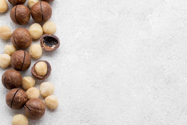 Macadamia-noten in chocoladebroodjes kopiëren ruimte Premium Foto