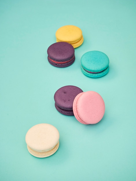 Macarons patroon op pastel blauwe achtergrond Premium Foto