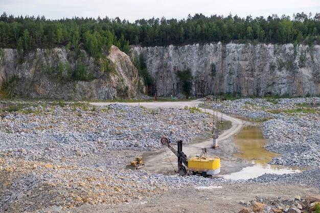 Machine voor het winnen van graniet op de bodem van een diepe granietgroeve Premium Foto