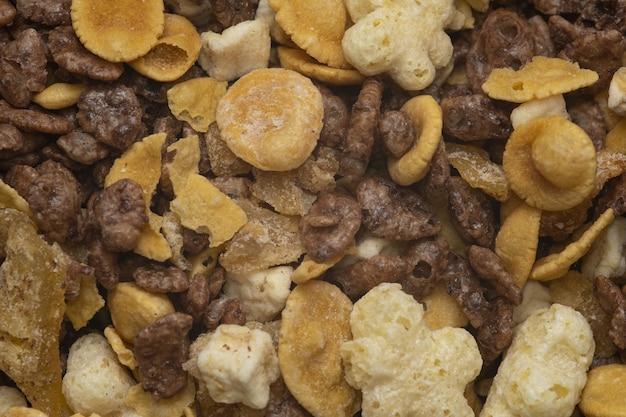 Macro-opname van droog fruit en noten onder het licht Gratis Foto