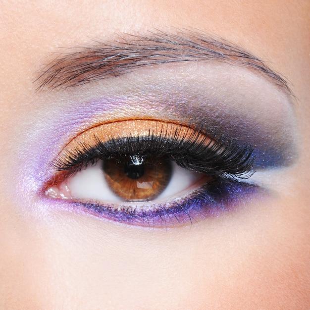 Macro-opname van een vrouwelijk oog met mode verzadigde make-up Gratis Foto