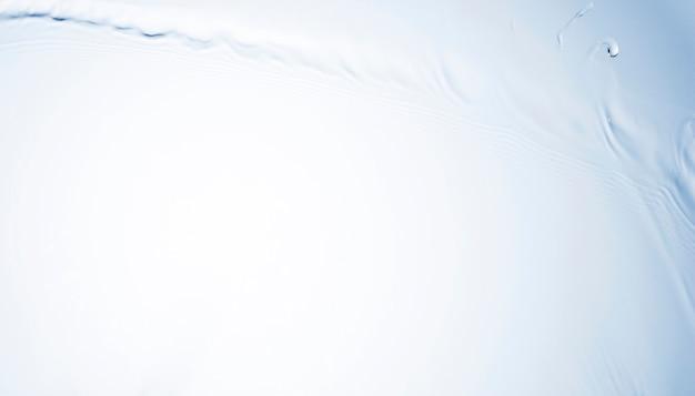 Macro-opname van transparante vloeibare plons met lege ruimte Gratis Foto