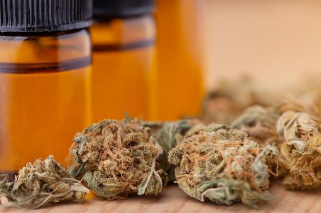 Macrodetail van druppelaar met cbd olie, concept van de cannabis het medische marihuana Premium Foto