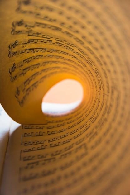 Macrodetail van opgerold muzieknootdocument Gratis Foto
