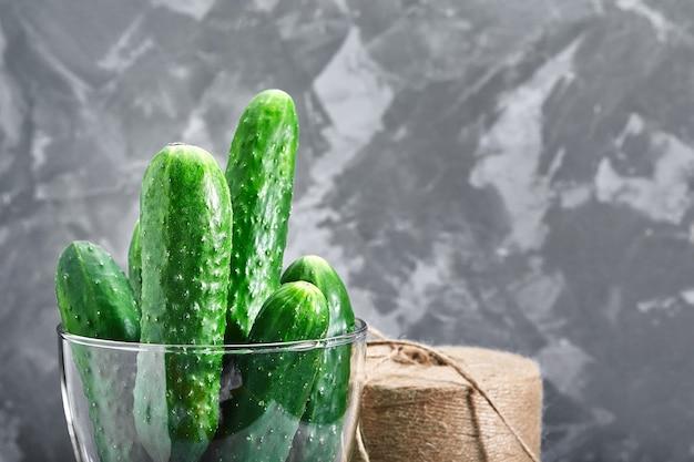 Macrofoto van een voedselgroente komkommer in een glasvaas Premium Foto