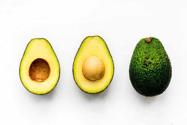 Macroschot van avocado op witte achtergrond wordt geïsoleerd die Gratis Foto