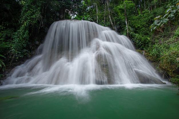 Mae kae-waterval is de waterval die zich op nationaal parkgebied van ngao, lampang-provincie, thailand bevindt Premium Foto