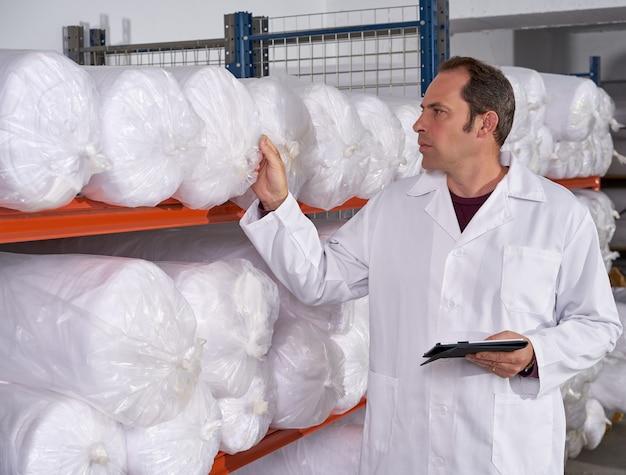 Magazijn opzichter man in de mode fabriek Premium Foto