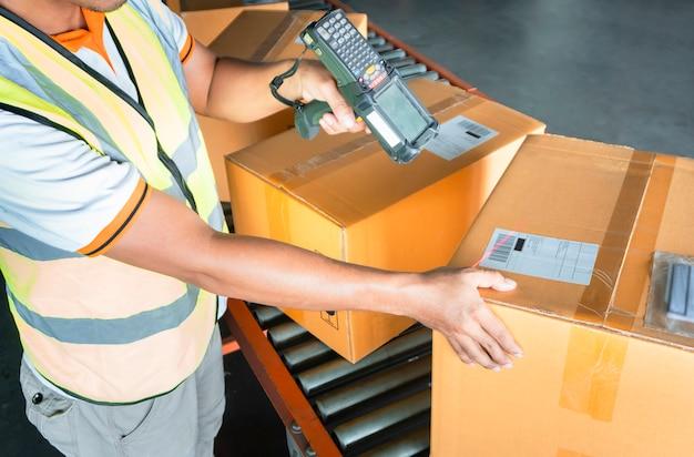 Magazijnmedewerker scant barcodescanner met pakketdozen. Premium Foto