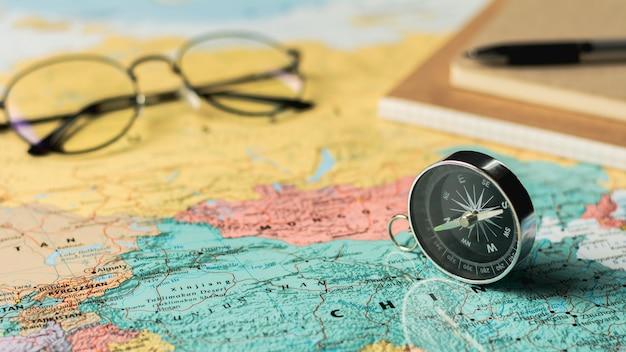 Magnetisch kompas en stationair op de kaart. Premium Foto