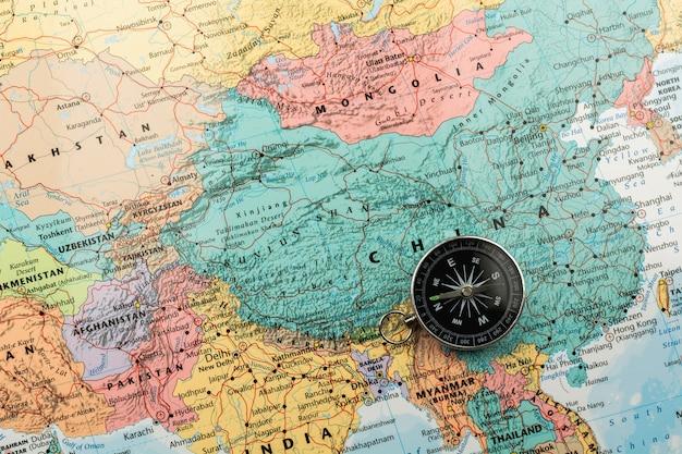 Magnetisch kompas op de kaart. Premium Foto