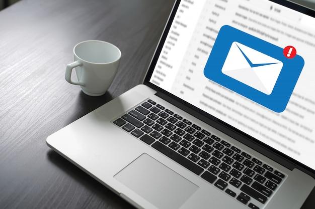 Mail communicatie verbindingsbericht naar mailing contacten telefoon global letters concept Premium Foto