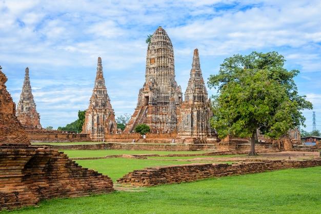 Majestueuze ruïnes van 1629 wat chai watthanaram gebouwd door koning prasat tong met zijn belangrijkste prang (midden) die de berg meru vertegenwoordigt, de verblijfplaats van de goden Premium Foto
