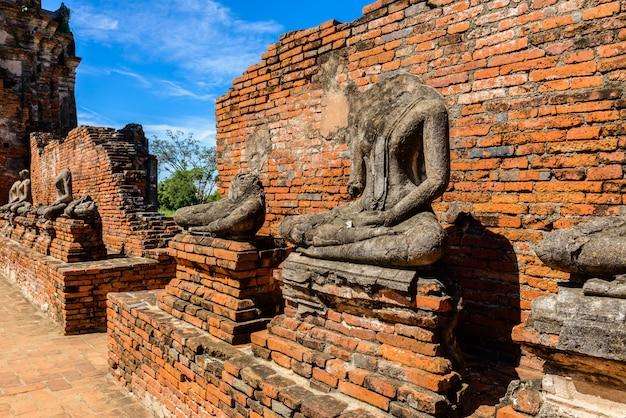 Majestueuze ruïnes van 1629 wat chai watthanaram gebouwd door koning prasat tong Premium Foto