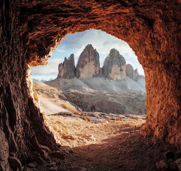 Majestueuze tre cime-bergen van drie pieken. prachtige foto in de zonnige dag. landschap italiaanse landschappen Premium Foto
