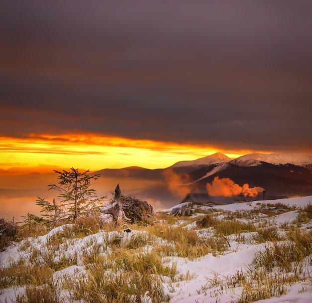 Majestueuze zonsondergang in de bergen. Gratis Foto