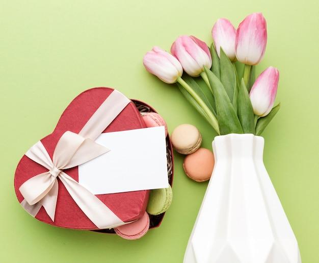Makarons en tulpenboeket Gratis Foto