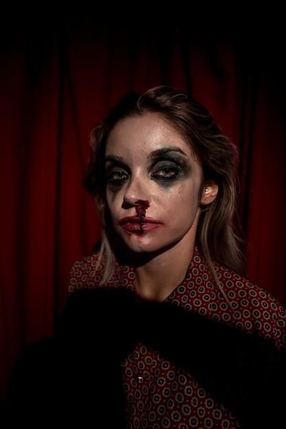 Make-up bloed loopt van het gezicht van de vrouw Gratis Foto
