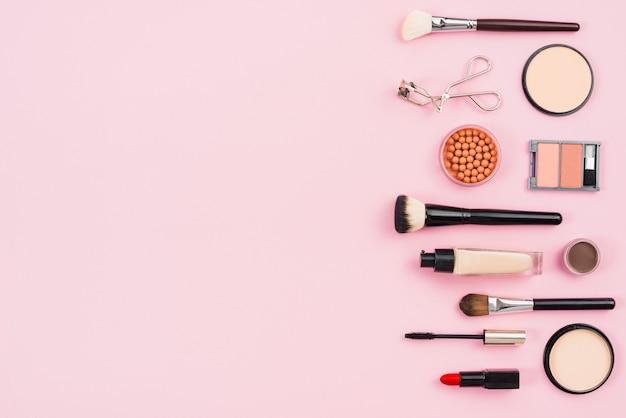 Make-up en kosmetische schoonheidsproducten op roze achtergrond Gratis Foto