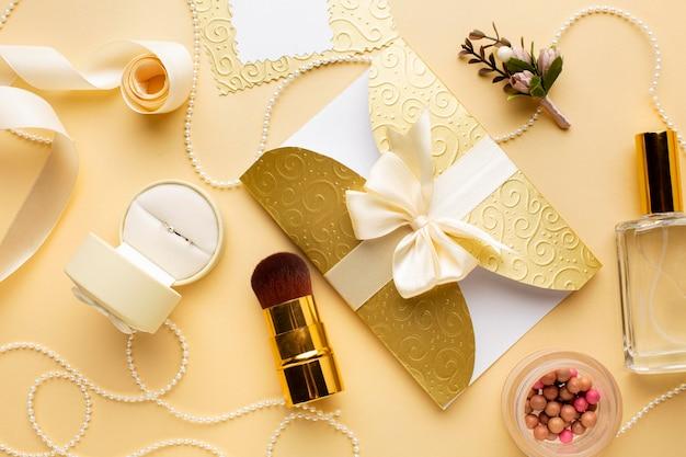 Make-up en uitnodiging bruiloft concept Gratis Foto