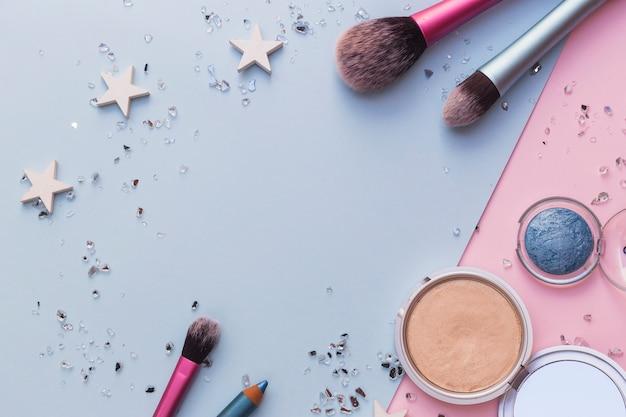 Make-up kwast; blusher en oogschaduw met crushed bril op dubbele achtergrond Gratis Foto