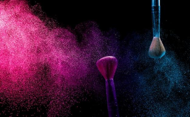 Make-up kwast met blauw en roze poeder. Premium Foto