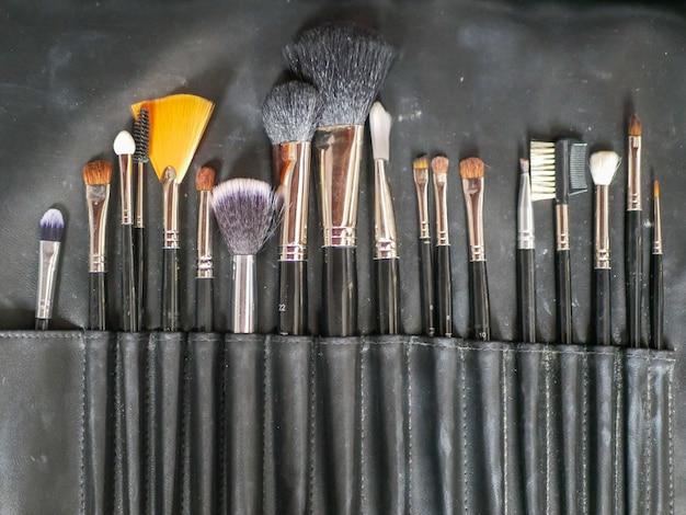 Make-up kwasten. make-up gereedschap. na het reinigen zijn de make-upborstels klaar en drogen de haren opnieuw voor gebruik door de dame. Premium Foto