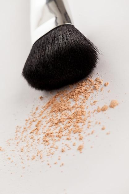 Make-up natuurlijke borstel met beige poeder Gratis Foto