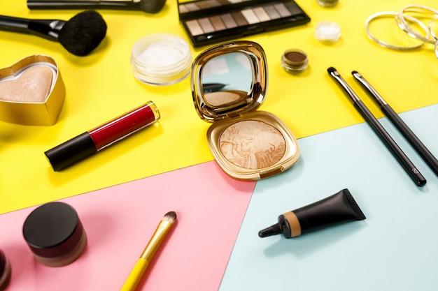 Make-up van schoonheidsproduct op kleuroppervlak. Premium Foto