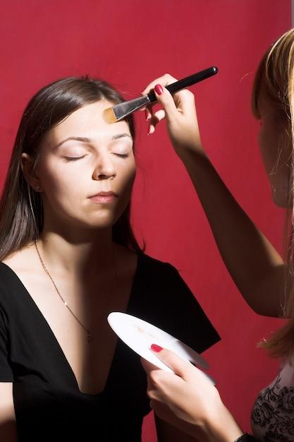 Make-up voor jonge vrouw Premium Foto