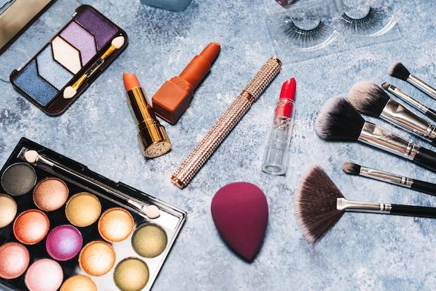 Make-upborstels, decoratieve cosmetica, valse wimpers. het uitzicht vanaf de top Premium Foto