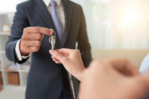 Makelaar die sleutels geeft Gratis Foto