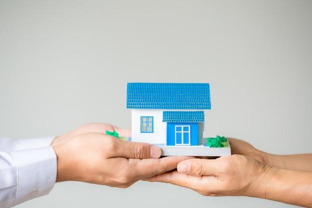 Makelaar in onroerend goed presenteren en overleggen met klant om besluitvormingsovereenkomst verzekeringsovereenkomst te ondertekenen Gratis Foto