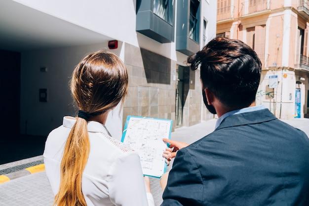 Makelaars die een gebouw bezoeken Gratis Foto
