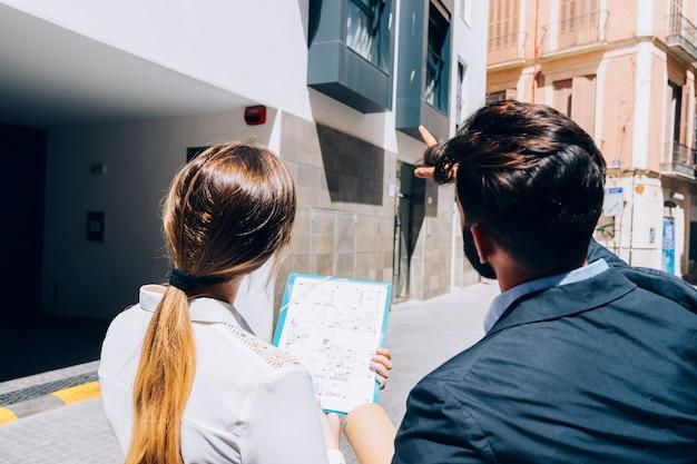 Makelaars die het gebouw onderzoeken Gratis Foto