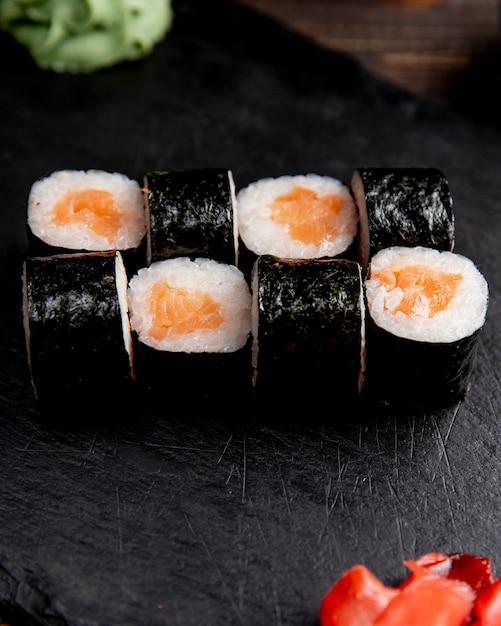 Maki roll geserveerd met gember en wasabi Gratis Foto