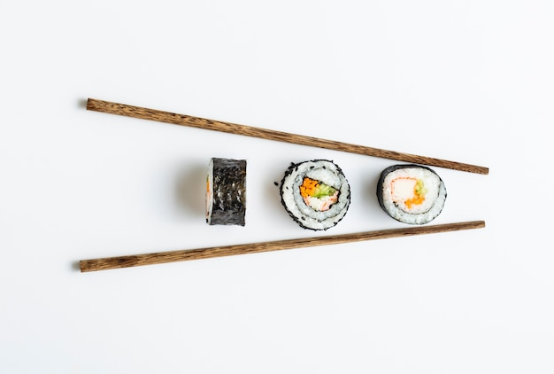 Maki sushi rolt met stokjes Gratis Foto