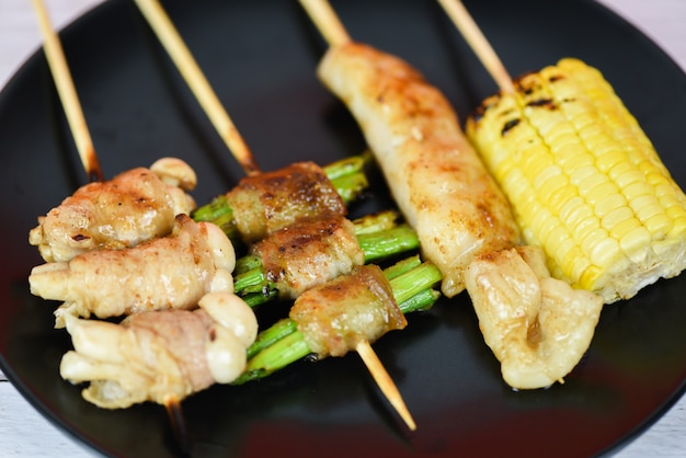 Mala chinese bbq gegrild varkensvlees thais aziatisch straatvoedsel stijl plakvarkensvlees met plantaardig champignongraan Premium Foto