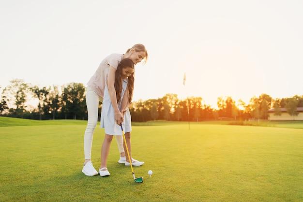 Mama leert kind om te schieten golfing family hobby. Premium Foto