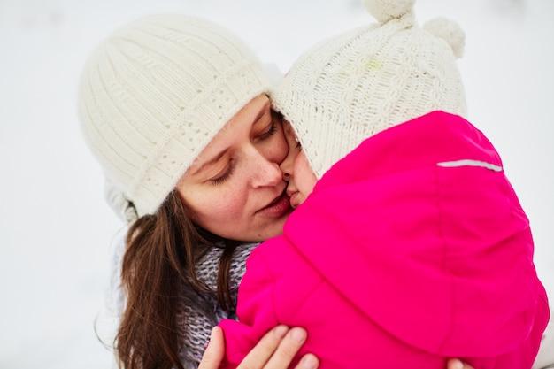 Mama leunde tegen haar vermoeide dochter aan Gratis Foto