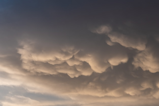 Mammoet wolken boven de hemel met warme tinten Premium Foto