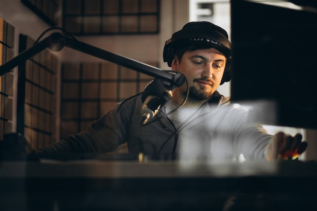Man aan het werk in een radiostation Gratis Foto