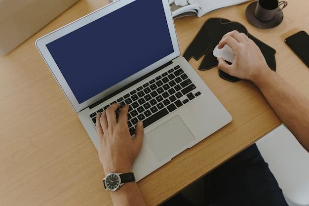 Man aan het werk op een laptop Gratis Foto