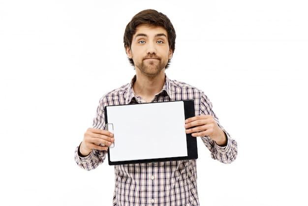 Man advies vragen over wat geschreven op klembord Gratis Foto