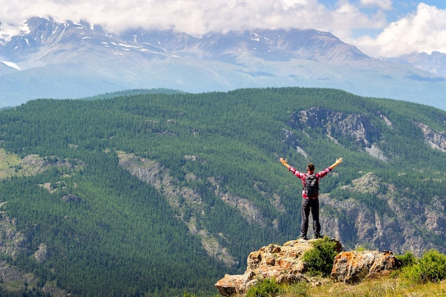Man armen gestrekt door de natuur genieten van vrijheid en leven. Premium Foto