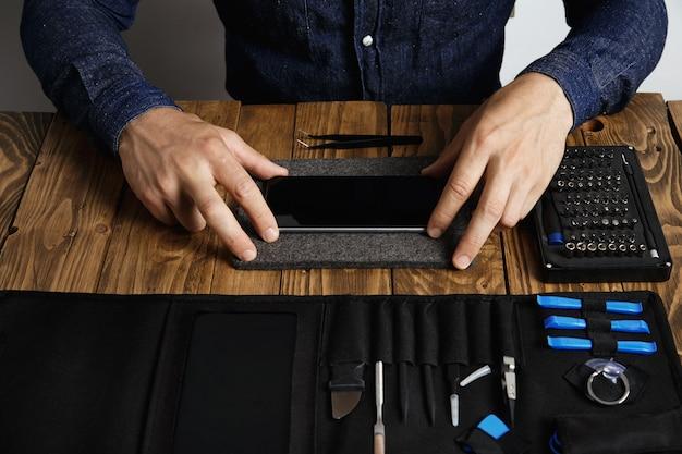 Man bereidt smartphone voor op restauratie het repareren van elektronische apparaatservice werkt Gratis Foto