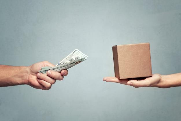 Man betaalt geld voor geschenkdoos aan vrouw Premium Foto